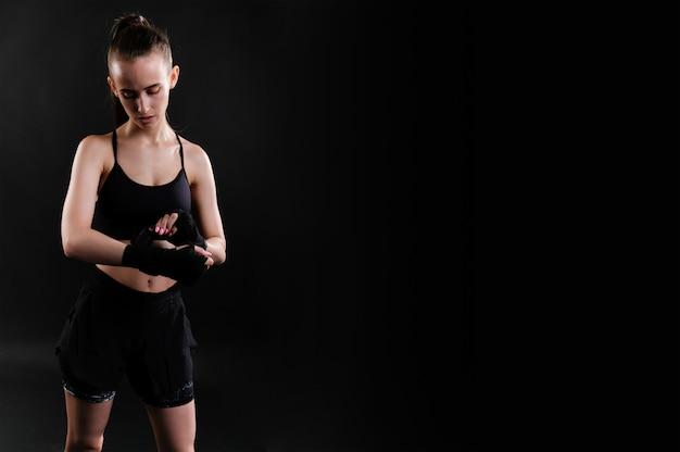 ジムでのエクササイズの美しいスポーツ少女