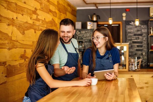 Командное общение бариста в кофейне