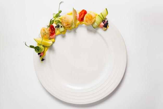 Гребешки на тарелке в модном ресторане