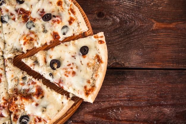 Пиццу нарезают ломтиками, плоско кладут. нездоровая пища, калории