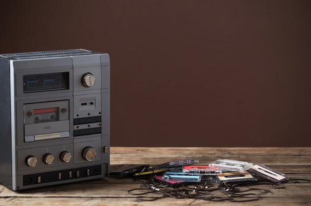 古いテープレコーダーと木製のテーブルのカセット