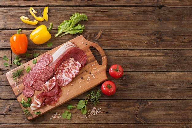 Различные виды мяса и овощей на деревянный стол
