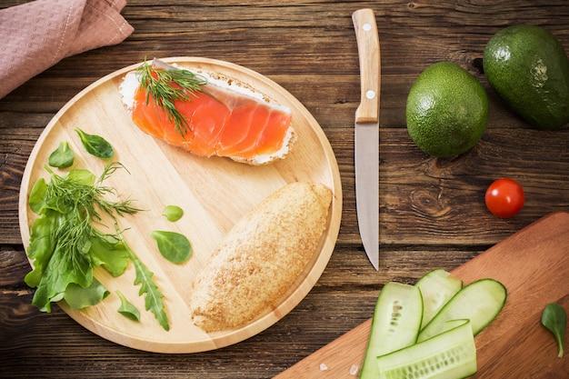 古い木製の背景に健康食品