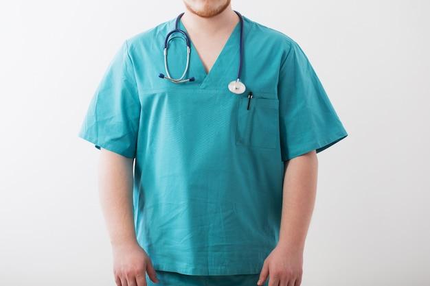 聴診器で青い制服を着た医師