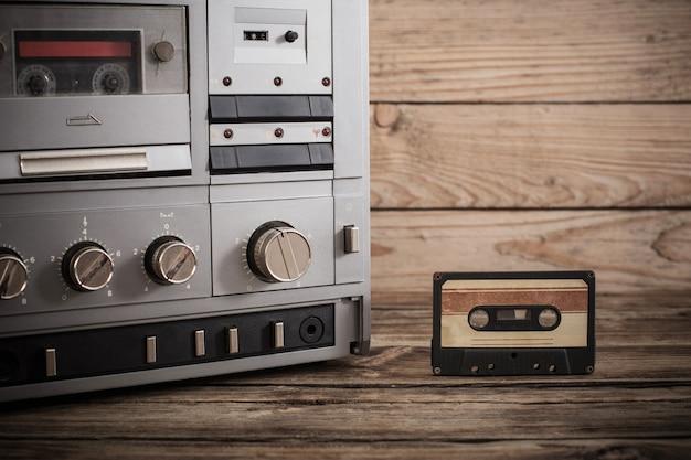 Старый магнитофон и кассета на деревянном фоне