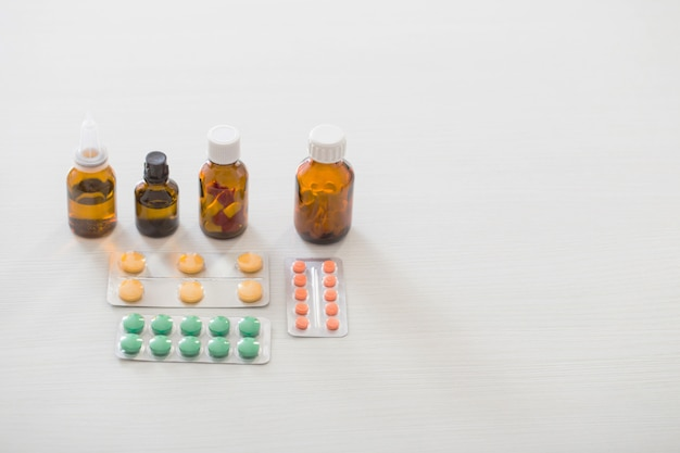 白い背景の上のテーブルの上の薬瓶