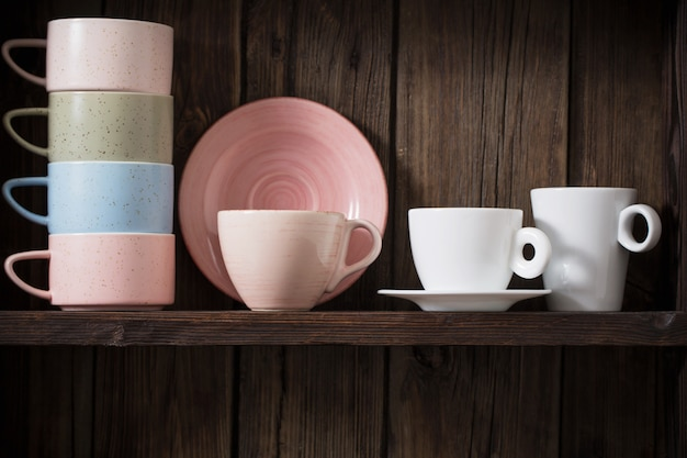Кухонная посуда на старых темных деревянных фоне