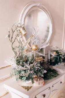 スタイリッシュなクリスマスインテリアが飾られています。快適な家。