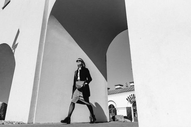通りを歩いて若い美しい女性