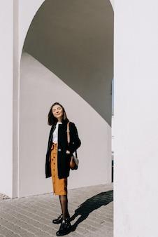笑顔の美しい若い女性。街を歩く