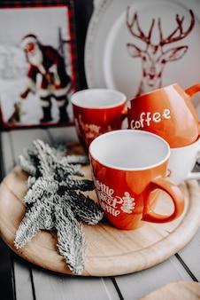 Зимой горячий напиток. рождественский горячий шоколад или какао с зефиром на белом деревянном столе с рождественскими украшениями