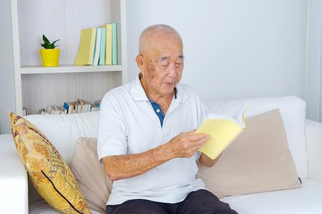 本を読んで老人の肖像画