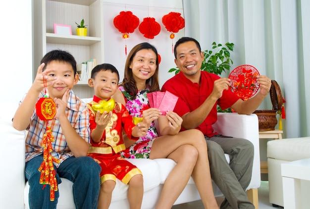 アジアの家族が中国の新年を祝う
