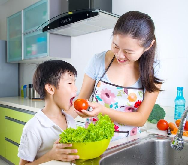 アジアの母と息子は台所で