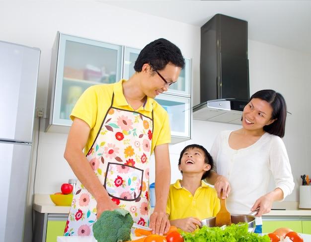 台所でアジアの家族