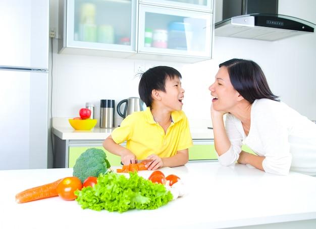 アジアの家族のキッチンライフスタイル