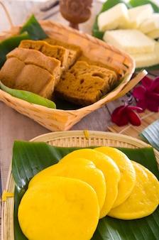 Ма лай гоу - традиционный торт на пару из малайзии. торт пара китайский на бамбуковой пластине.