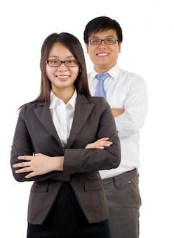 笑顔の若手実業家とビジネスウーマン