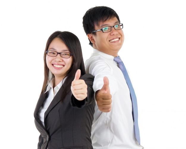 幸せなビジネスの男性と女性を親指で