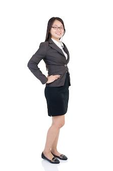 無地の背景の上に立ってフルボディアジアビジネス女性。