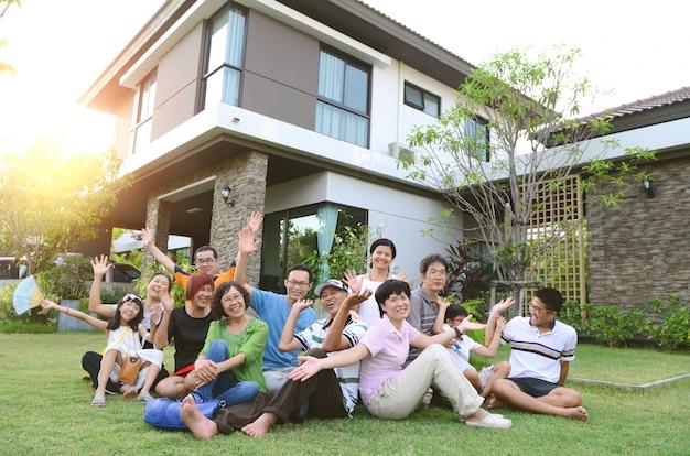 バンコクのバンボンで、多世代のアジア家族が家の外でリラックス。