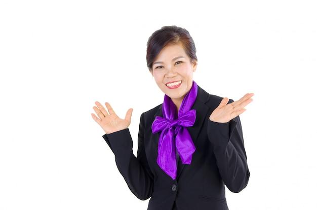 ジェスチャーを示すと中年ビジネス女性の笑みを浮かべてください。