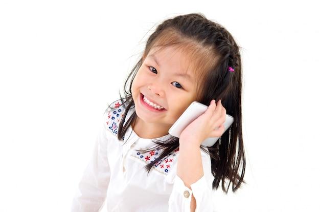 スマートフォンと話している小さなアジアの女の子