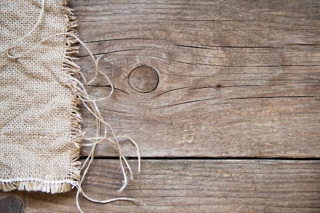 コピースペースを持つ木製の背景上面に黄麻布