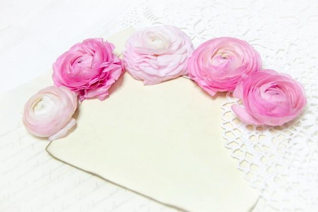 Лютик цветы и бумага на белом деревянном столе крупным планом