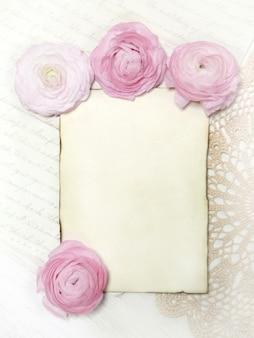 Розовые лютик цветы и бумажные копии космической стены на вид сверху салфетка крючком