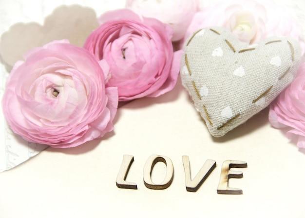 Розовые лютик цветы, ткань сердца и текст любовь стена на салфетке крючком крупным планом