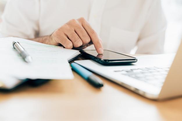 Бизнесмен в белой рубашке, работающих на стол