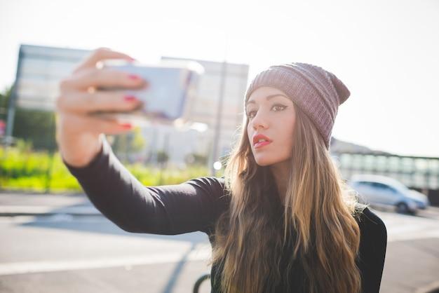 Половина длины молодой женщины кавказской светлые волосы