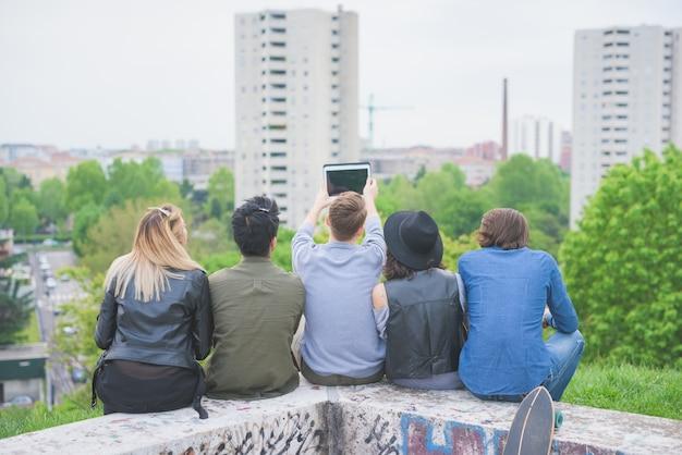 楽しんでいる若い多民族の友人のグループ