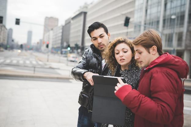 Многорасовых деловых людей, работающих на улице в городе