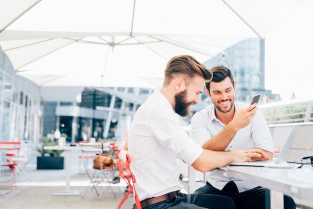 Два молодых современных бизнесмена работают