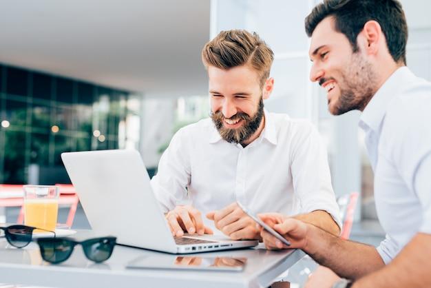 Два молодых современных бизнесмен создает
