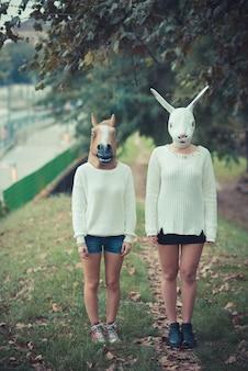 Лошадь и кролик маски молодая пара красивых женщин девочек
