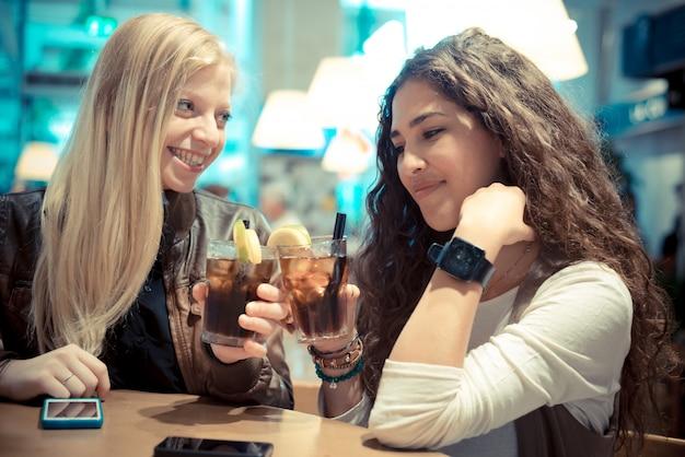 ブロンドとブルネットの美しいスタイリッシュな若い女性