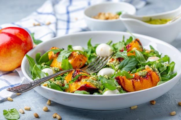 Салат из рукколы с жареными нектаринами.