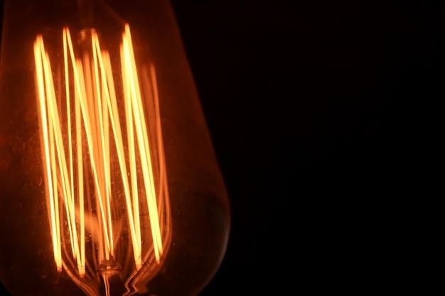 暗闇の中の電球。
