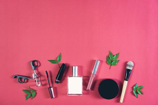 化粧品クリームボトル、パステル調の背景に空白のラベルパッケージのモックアップ。
