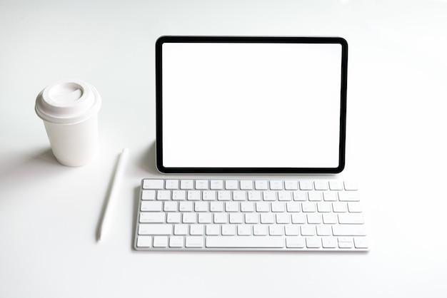 テーブルの上に空白のタブレット画面があなたの製品を宣伝するためにモックアップします。情報への容易なアクセスのための未来および傾向インターネットの概念。