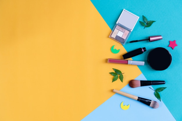 化粧品クリームボトル、パステル調の背景の空白のラベルパッケージのモックアップ。