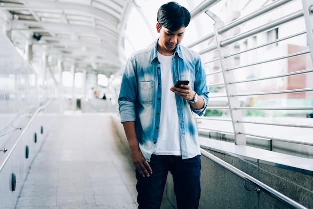 Мужчина держит смартфон. с помощью мобильного телефона на образ жизни. технология для концепции коммуникации.