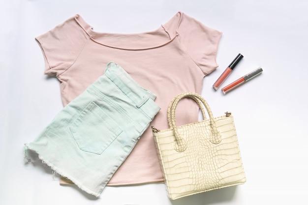 ハンドバッグ入り女性服やアクセサリーのフラットレイアウト。トレンディなファッションの女性の背景。