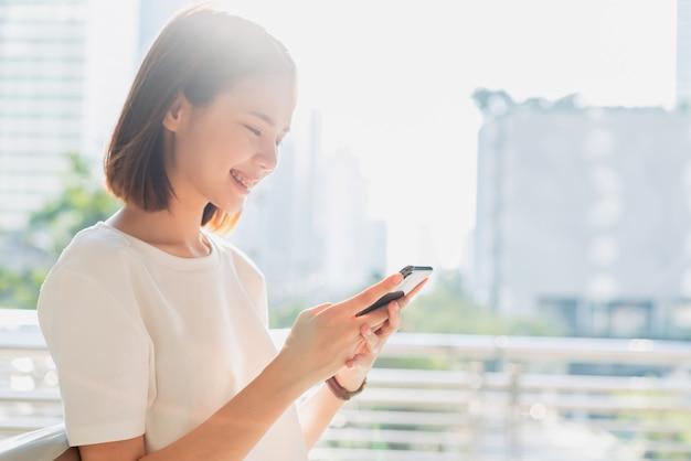 Женщина с помощью смартфона, в свободное время. концепция использования телефона имеет важное значение в повседневной жизни.