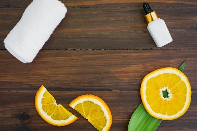 Белая бутылка с витамином с и масло из экстракта апельсина, макет косметического бренда.