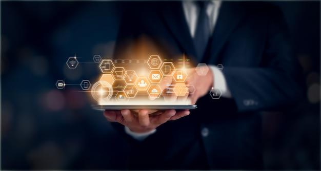 技術革新の概念、タブレットを保持しているビジネスマンおよびミクストメディアとデジタルを押します。