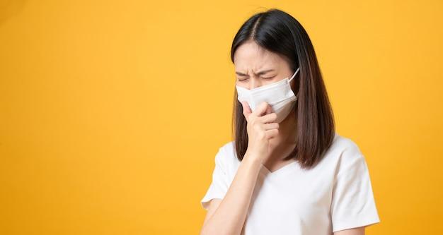 アジアの女性はマスクを着用して病気を防ぎます